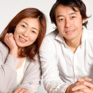 笑顔で寄り添う夫婦