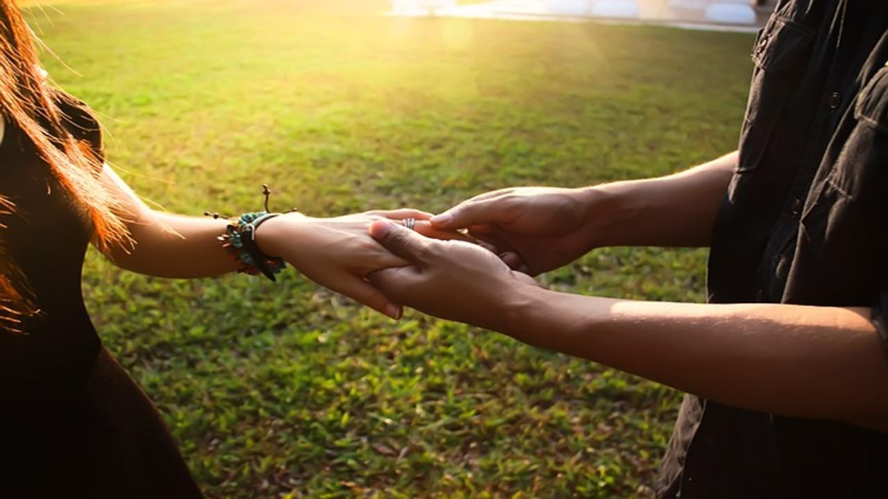人と人が手をつなぎ、怒りをコントロールしている