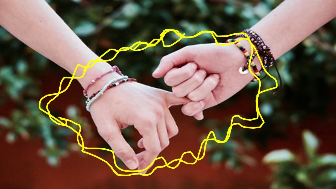 指と指を絡ませ、エネルギーが放出されている