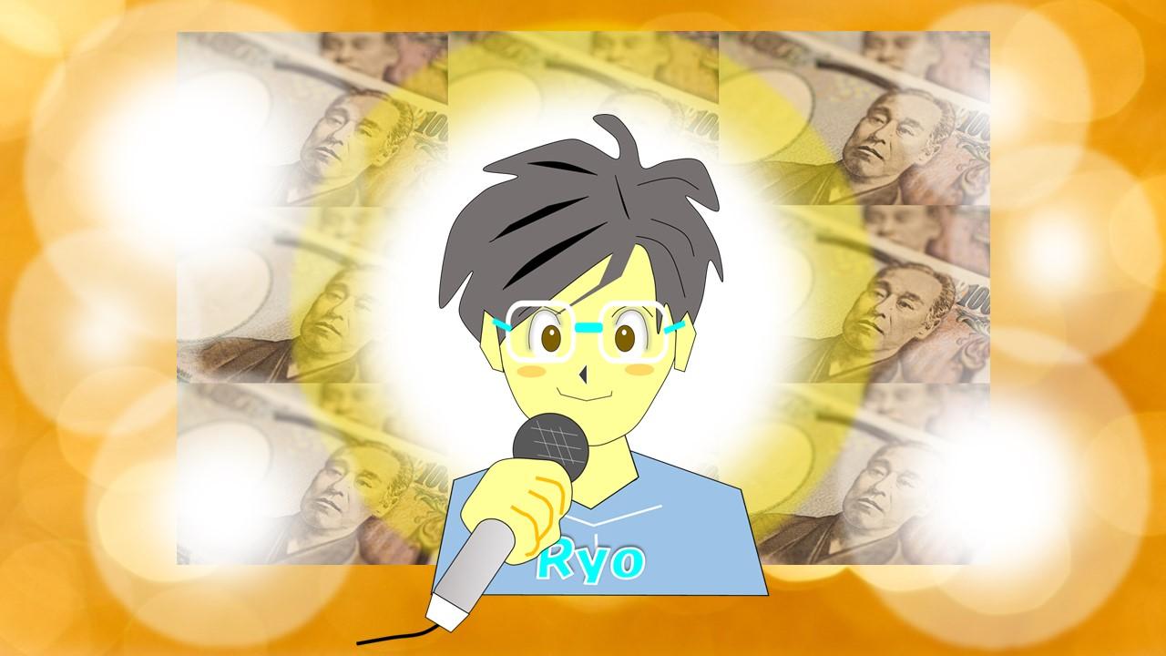 マイクを持ってお金についてスピーチしている男性